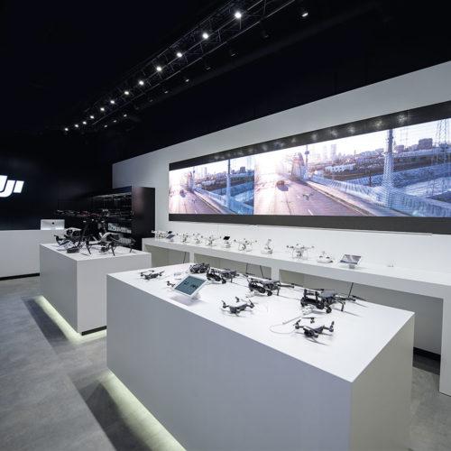 Die riesige Video-Wall im DJI-Store in Frankfurt soll über die neue Drohnentechnologie aufklären und den Kunden dazu animieren, selberals Filmer kreativ zu werden. (Foto: DIJ)