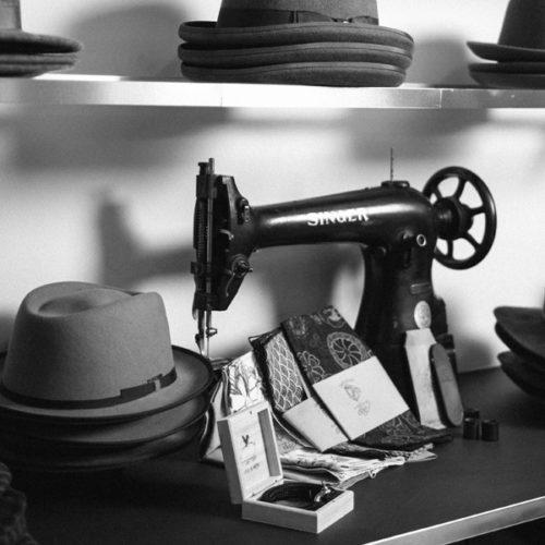 Um die Rückwand des Stores mit einem kaufladen-typischen, querformatigen Grundriss optimal zu nutzen, überzieht die Wand auf voller Höhe und Länge ein leichtes, dezentes Alu-Regal, auf dem die unterschiedlichen Hüte aus den Kollektionen lagern. (Foto: Diefenthal)