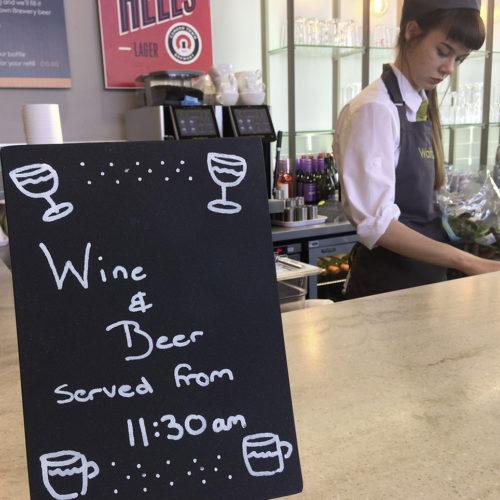 """An der """"Wine Bar"""" werden diverse alkoholische Getränke serviert. (Foto: Waitrose)"""