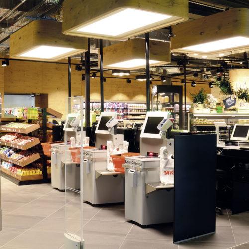 Checkout von Supermarkt und To-go-Bereich sind mit Self-Scanning-Installationen ausgestattet. (Foto: Interstore Design)