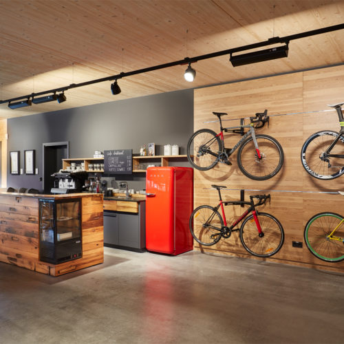 Das Café im Obergeschoss lädt Fahrradbegeisterte mit Kaffeespezialitäten und selbstgebackenen Köstlichkeiten zum Austausch ein.