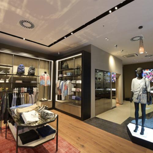 Die restliche Ausstattung des Stores ist clean und modern gestaltet mit Holzdielenboden, Wandregalen und weiteren Präsentationsmodulen aus dunklem Metall mit Glasauflagen, Leder- und Edelstahlelementen. (Foto: Diesel)