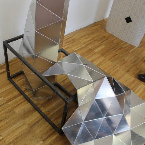 Facetted Shine: Geometrische Formen aus Stahl (Wood-Skin)