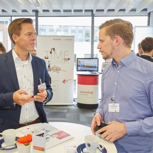 Richard Frommknecht (Aldi Süd Dienstleistungs-GmbH) und Jan Lingenbrinck (Lunar GmbH) nutzen die Pause für ein Fachgespräch. (Foto: EHI/Schulten)