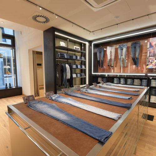 An diesen Präsentationstischen aus Edelstahl, kombiniert mit Leder, sollen Store-Besucher die Expertise der Marke im persönlichen Austausch mit den Denim-Experten vor Ort erleben können. (Foto: Diesel)