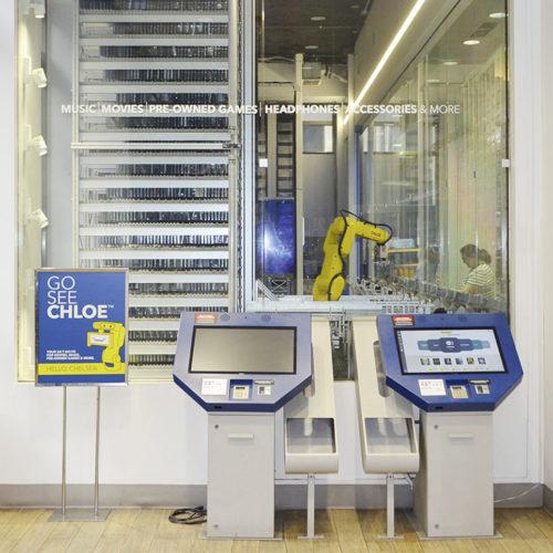 Im Store des Technikanbieters Best Buy im New Yorker StadtteilChelsea können die Kunden rund um die Uhr Blu-rays, DVDs und CDs kaufen. Durch die Scheibe sieht man, wie der Roboter die Ware aus den Regalen bereitstellt.