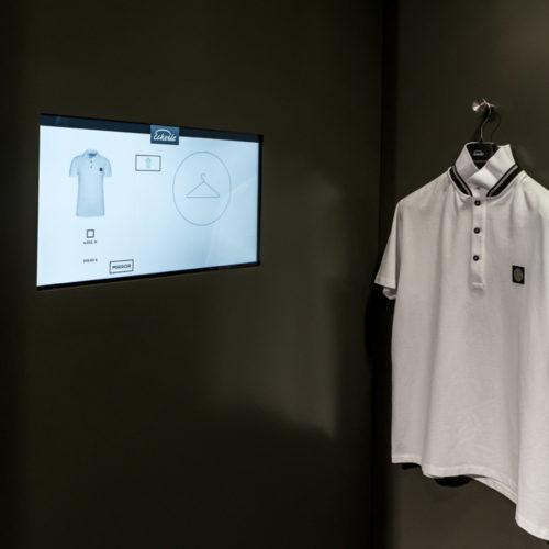 """""""Magic Mirror"""": Der Kunde sieht sich im Spiegel der Umkleidekabine in den von ihm ausgewählten Kleidern, ohne sie tatsächlich anprobieren zu müssen. (Foto: Cisco Deutschland)"""