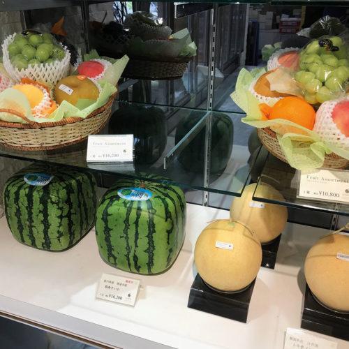 Viereckige Melonen, gesehen bei Sun Fruits im Midtown Tower, Roppongi (Foto: EHI)