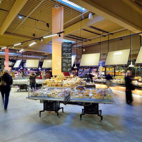 Käse- und Fleischwarenstände in der Frischwarenabteilung (Foto: Real SB-Warenhaus)