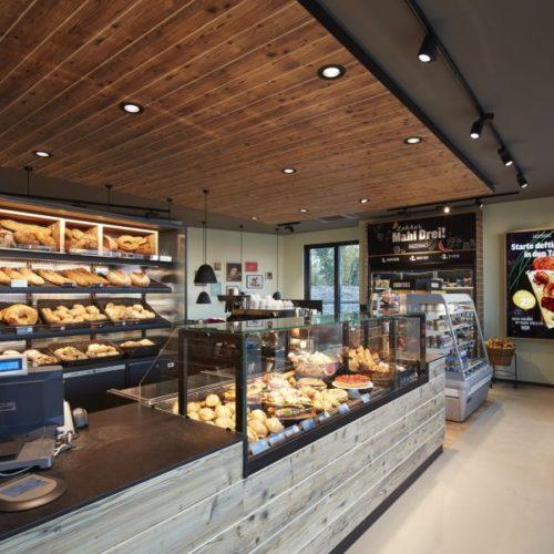 Lekkerland erprobt ein neues Shopkonzept für Tankstellen mit Frischwaren und einer Bäckerei in Holz- und Stahloptik. (Foto: Lekkerland)