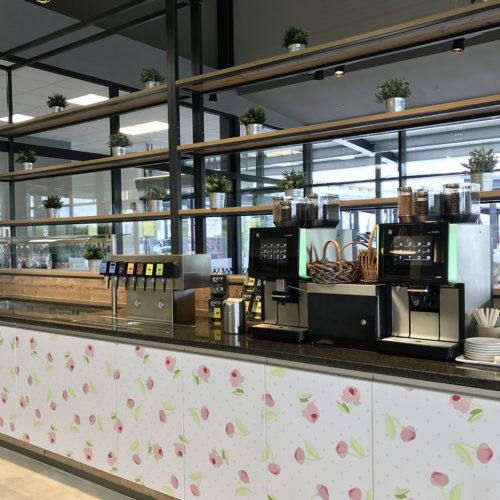 Eine Salatbar sowie je ein Kaffee- und Getränkeautomat laden zur Selbstbedienung ein.