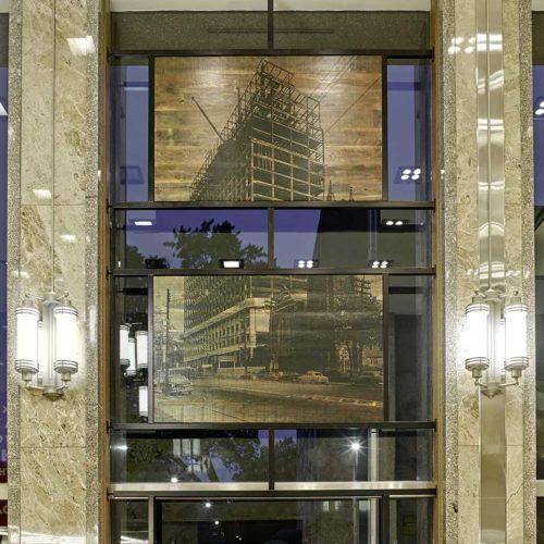 Individuell designte Wandleuchten akzentuieren die historischen, in die Fensterfront integrierten Bilder. (Foto: Michael Mahovich)