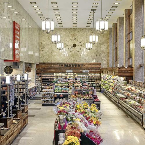 Die Hängeleuchten geben dem Lebensmittelmarkt zusätzlich Atmosphäre. (Foto: Michael Mahovich)
