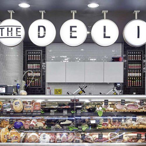"""Die """"Deli""""-Schilder locken die Kunden in den hinteren Bereich des Ladens. (Foto: Michael Mahovich)"""