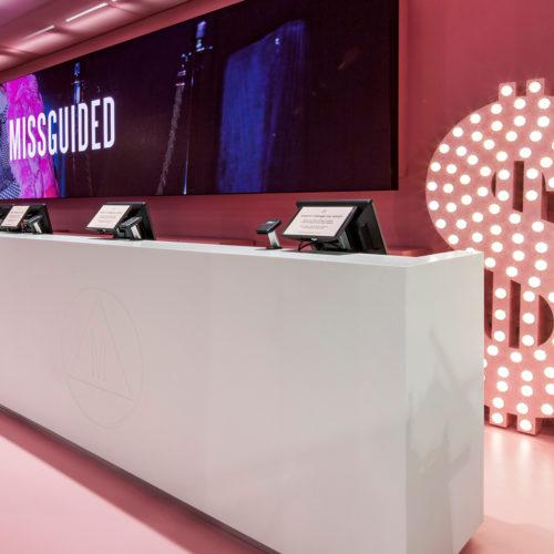 Der charakteristische Roséfarbton im Kassenbereich (Foto: Missguided)
