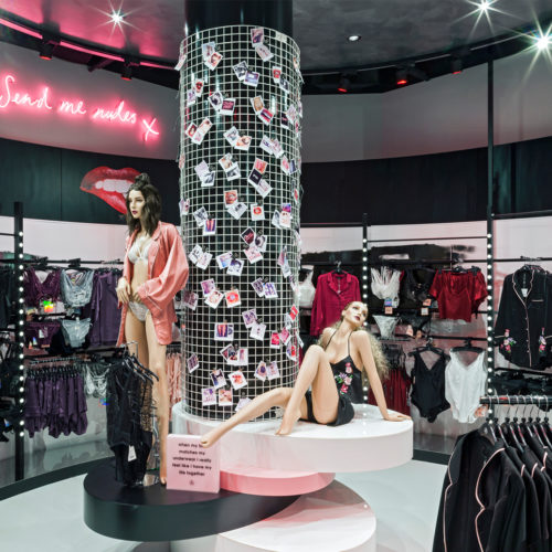 Der Store erinnert an den Aufbau von TV-Studios (Foto: Missguided)