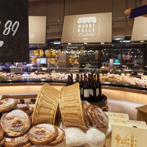 Einzelne Waren werden auf Tischen präsentiert. (Foto: Real SB-Warenhaus)