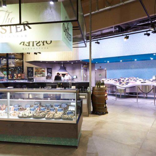 """Die Austernbar knüpft an den Fischstand, der im Stile eines """"Konzertflügels"""" errichtet wurde. (Foto: Real SB-Warenhaus)"""