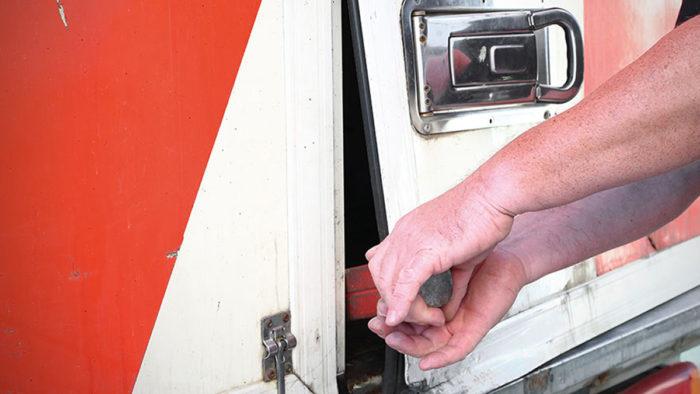 Die meisten Delikte werden durch Planenschlitzen oder Aufbrechen der Türen begangen. (Foto: istock/ Gregory_DUBUS)