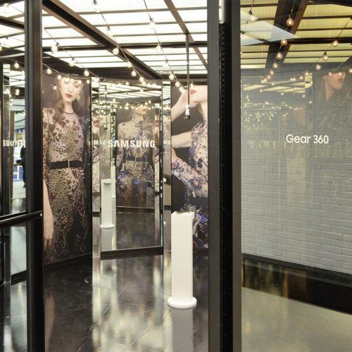 Im Samsung-Flagshipstore im angesagten New Yorker Meatpacking District gibt es eine Selfie-Station, die über eine 360-Grad-Kamera verfügt und das Foto direkt an die E-Mail-Adresse der Kundin sendet.