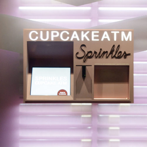 """Sprinkles bietet seinen Kunden mit dem """"Cupcake ATM"""" die Möglichkeit, rund um die Uhr den kleinen Hunger auf kleine Kuchen zu stillen."""