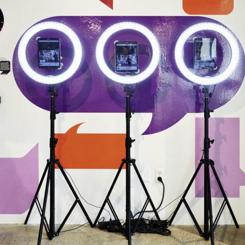 Bei dem Retailer Story gibt es in der Beauty-Welt eine Lippenstift-Station aus Kameras und Bildschirmen, wo sich die Kundin auf einem Touchscreen durch die Lippenstiftfarben in ihrem Gesicht klicken kann