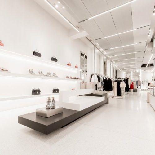 Weiß und Hellgrau charakterisieren das Storedesign von Zara. (Foto: Zara)