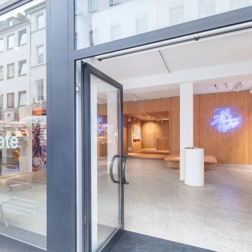 Eine Glasfassade gewährt Einblicke in den neuen Store. (Foto: Wouter van der Sar)