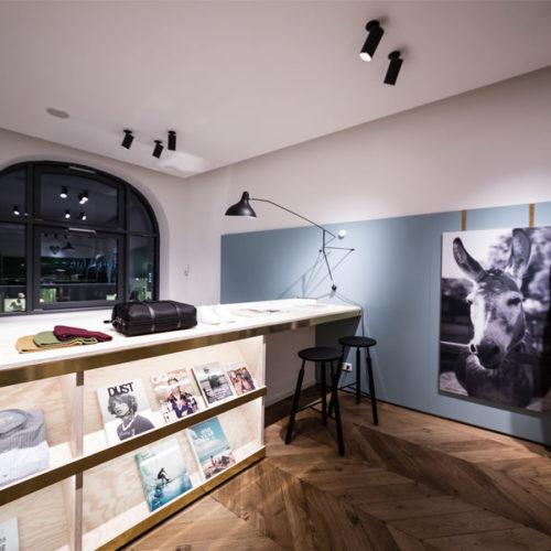 Das Closed-Sortiment komplettieren ausgewählte Produkte einiger anderer Marken, darunter Lifestyle-Magazine, Taschen, Schuhe von Church's und ein Bike der britischen Radmanufaktur Freddi Grubb, wodurch das Geschäft den Charakter eines Concept Stores erhält. (Foto: Alexandra Kern)