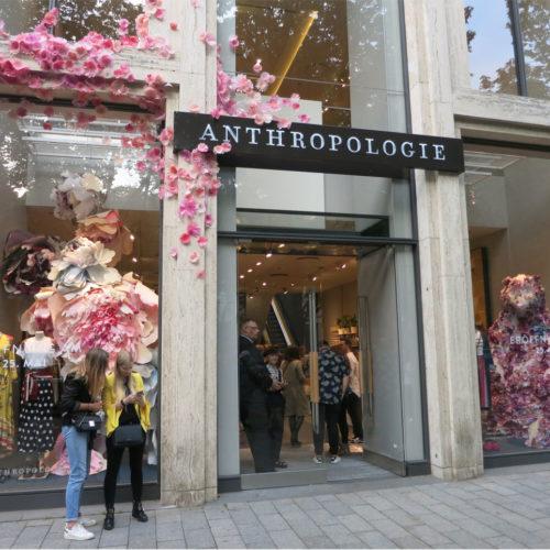 Schon von außen bringt Anthropologie Leben auf die Düsseldorfer Königsallee.