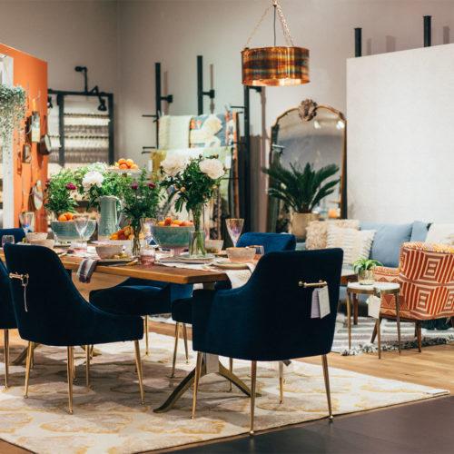 Neben Mode gehören Möbel und Wohnaccessoires zum Angebot.