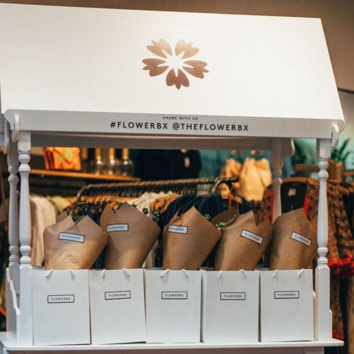 Kunden, die am Eröffnungs-Wochenende für mehr als 60 Euro einkauften, wurden mit einem Blumenstrauß beschenkt.
