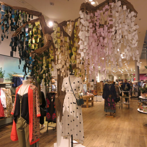 Highlight beim Betreten des Stores: ein vom eigenen Team angefertigter Baum mit Stamm aus Pappe und Blättern aus eingefärbten Waren-Etiketten.