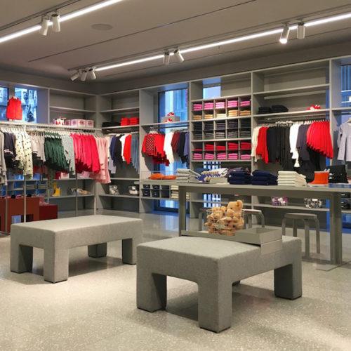 Hocker aus grauem Filz sollen das Storedesign auflockern. (Foto: Angelika Frank)