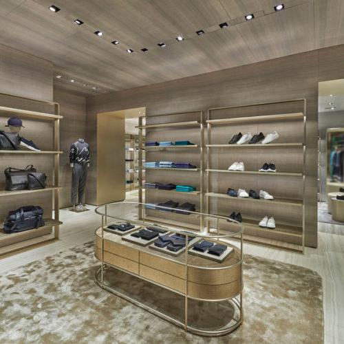 Der große, helle Raum wurde unterteilt in einzelne, miteinander verbundene Einheiten für die verschiedenen Linien und Kollektionen der Armani Group, die neben Womenswear, Menswear und Accessoires auch einen Beauty-Bereich umfasst. (Foto: Beppe Raso)