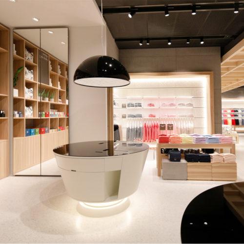 Natürliche Materialien wie Holz und Stahl prägen die Verkaufsfläche.