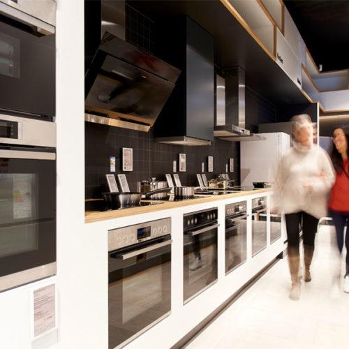 Elektronische Preisschilder und Digital Signage-Lösungen wie eine Video-Wall mit vier Screens und ein Display im Kassenbereich präsentieren aktuelle Produktinfos. (Foto: Bosch)