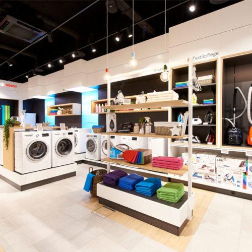 Die Produkte – von Waschmaschinen über Staubsauger bis zu Küchengeräten – sind in Gruppen und Abteilungen mit jeweils individuell gestaltetem Umfeld positioniert. (Foto: Bosch)