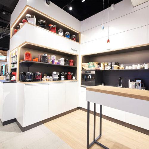 Als Ort für individuelle Beratungsgespräche und Produktvorführungen dient die im Mittelraum der Fläche platzierte und mit Bosch-Geräten der neuesten Generation ausgestattete Küche. (Foto: Bosch)