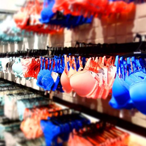 Gemeinsam mit den farbengewaltigen Textilien, die als Markenzeichen von Bruno Banani gelten, ergibt dies ein bewegtes, lebendiges Bild, das Aufmerksamkeit erzeugt. (Foto: Bruno Banani)
