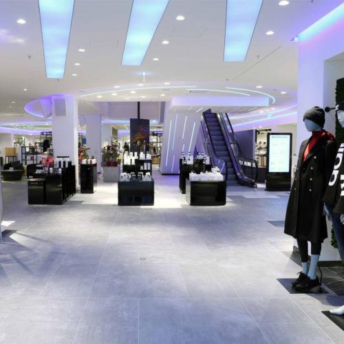 Farbdynamische Beleuchtung rückt den Store immer wieder in neues Licht.