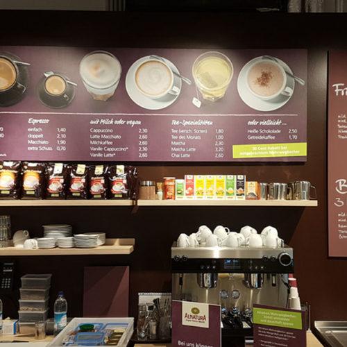 Heißgetränke und Snacks in einer integrierten Café-Bar (Foto: Alnatura)