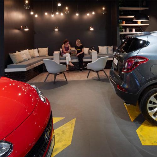 Mit diesem Vorsatz eröffnete der erste Cayu-Store Ende 2017 als erstes Omnichannel-Format von Opel im Shopping-Center Milaneo in Stuttgart. Im Zentrum steht der intuitiv zu bedienende Onlineshop. Mit wenigen Klicks bekommt der Kunde vorkonfigurierte Fahrzeuge angezeigt, die zu seinem individuellen Mobilitätsbedürfnis und Portemonnaie passen. Typisch im Cayu-Konzept sind Leasing-Angebote, die gerade den jungen Leuten den Einstieg in ihr Autoleben ermöglichen sollen. (Foto: Cayu)