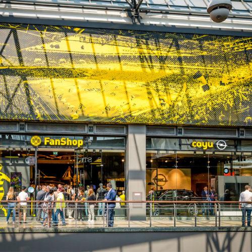 Nachdem der Bundesligist BVB und der Automobilhersteller im vergangenen Jahr ihre Partnerschaft langfristig verlängert haben und Opel in den Kreis der strategischen Partner des BVB kam, wurde die Partnerschaft auch auf die stationäre Verkaufsfläche ausgedehnt mit einem komplett in den Fanshop integrierten Auftritt des Cayu-Konzepts. Gemeinsam mit der Opel Automobile GmbH entwickelten die Marketing-Agentur F/ACTS: und Steguweit Brand Perspectives, Anbieter für markenspezifische Architektur, das Store-Konzept. (Foto: Cayu)