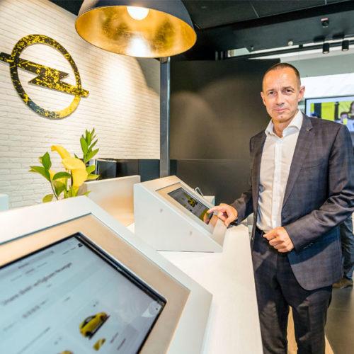 """Die beiden Stilrichtungen """"Urban Kitchen"""" und """"Industrial Style"""" wurden im Rahmen der Umsetzung miteinander verbunden, die Kernwerte von Cayu – human, simple & bold – sollten sich in der Store-Konzeption widerspiegeln. So gehören zu den Stilelementen im Beratungsbereich z. B. große Fahrzeug-Info-Displays. Hochstühle, eine Lounge-Area mit iPads und Kaffee-Ecke greifen die Urban-Kitchen-Richtung auf. Basierend auf dem Cayu-Storedesign im Milaneo in Stuttgart – das erste seiner Art - wurden die Stilelemente modular in Oberhausen im Centro und als Pop-up-Store im Adam-Opel-Haus in Rüsselsheim umgesetzt. Weitere gemeinsame Auftritte auch in der BVB-Fanwelt in Dortmund sind bereits in Planung. (Foto: Cayu)"""