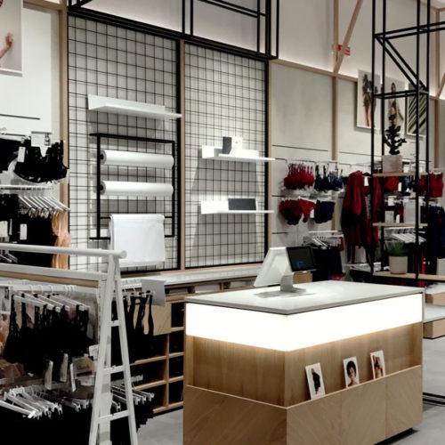 Konzipiert ist der 115 qm große Store als Concept- bzw. Multibrand-Store, der auf Varietät in Kategorien und Preislagen im Wäschebereich setzt. Sämtliche Labels der Gruppe werden hier präsentiert. Neben Chantelle und Passionata sind das Chantal Thomass, Femilet (aus Dänemark), Livera (Niederlande) und Darjeeling. – alles Wäsche- und Homewear-Linien, die gemeinsam in Mode- und Farbwelten miteinander präsentiert werden. Der Store soll die Anmutung eines modernen Design-Studios spiegeln. Auf besonders feminine Form- und Farbgebung im Interior-Design wurde verzichtet. (Foto: Chantelle)