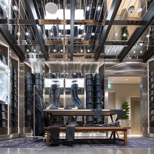 """Die """"Male Area"""" mit der Männermode empfängt die Besucher im Erdgeschoss, die """"Female Area"""" schließt sich im ersten Stock an. (Foto: Diesel)"""