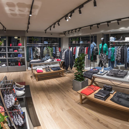 Der Store beherbergt große Teile der Womenswear- und die Menswear-Kollektionen, aufgeteilt in Oberbekleidung, Denim, Taschen, Schuhe und Accessoires. (Foto: Diesel)