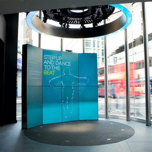 Gleich fünf Stores, zwei davon in den Westfield-Centern und fast alle um die 300 qm groß, eröffneten zwischen August und Oktober 2017 in London. EE, der größte Mobilfunkanbieter in Großbritannien, ist seit 2016 in das britische Telekommunikationsunternehmen BT Group integriert. Dass sich EE stärker als bisher über zusätzliche Dienstleistungen und Angebote aus dem Quad-Play-Bereich positionieren will, soll nach außen auch durch das dynamische Store-Konzept kommuniziert werden. (Foto: QuinineDesign/Gareth Gardner)