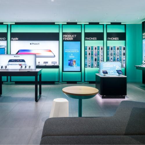 Eine beleuchtete Wand und überdimensionierte Produkt-Displays stehen hier im Fokus, die den Kunden zum Browsen, Auswählen und Vergleichen einladen. (Foto: QuinineDesign/Gareth Gardner)